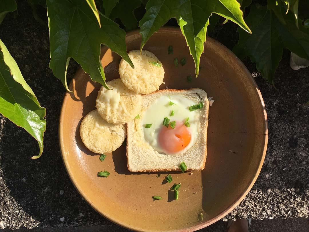 Toast mit Ei und Käsetaler